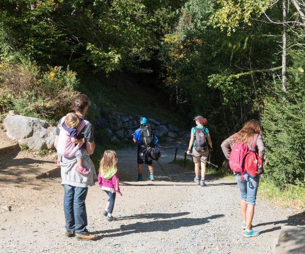 Visiteurs quittant le parc de Merlet