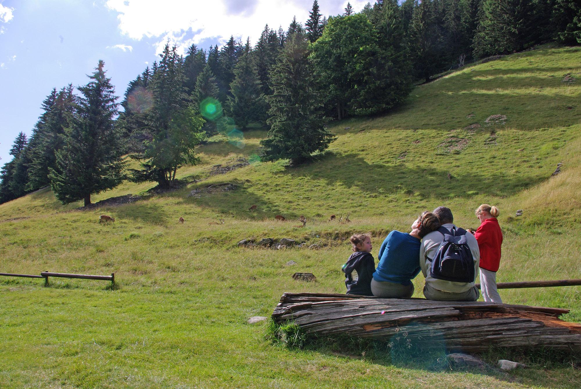 Famille assise sur l'altiport parc de Merlet